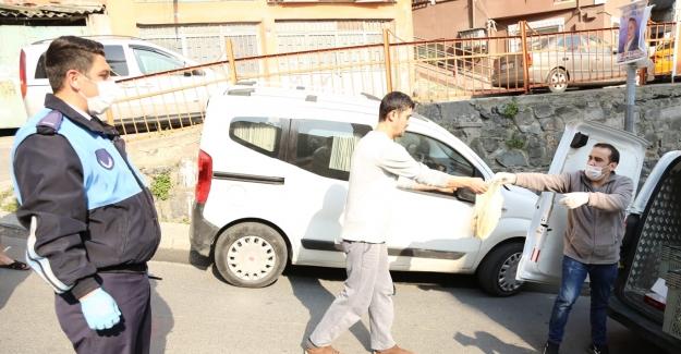 Kağıthane'de ekmekler vatandaşlara götürüldü
