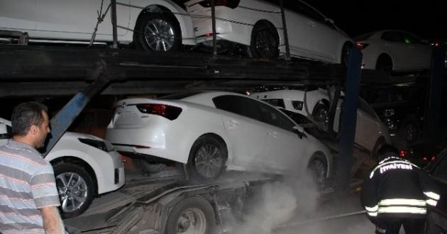 Erzincan'da 8 Aracı Taşıyan Tır Yanmaktan Son Anda Kurtarıldı