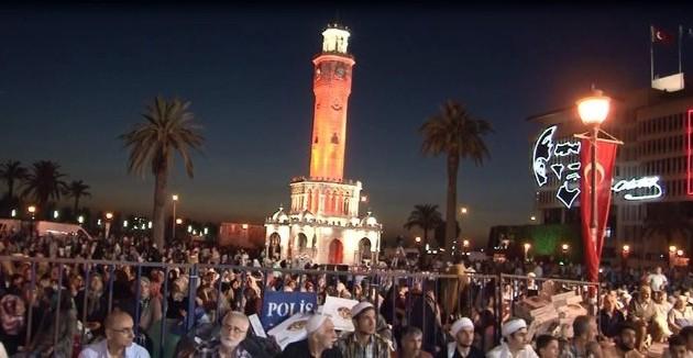 İzmir'de Binler Kadir Gecesi'nde Aynı Safta Namaza Durdu
