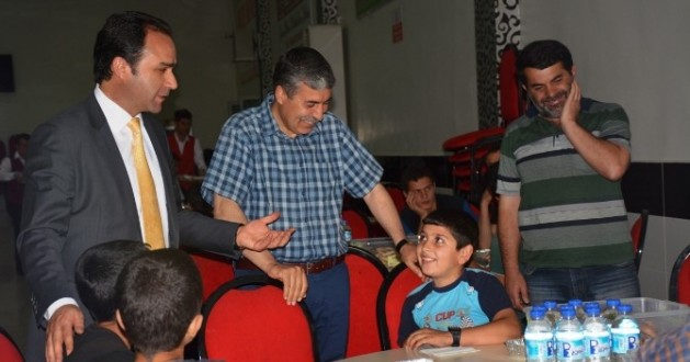 Kaymakam Ve Belediye Başkanı İftarını Vatandaşlarla Birlikte Açtı