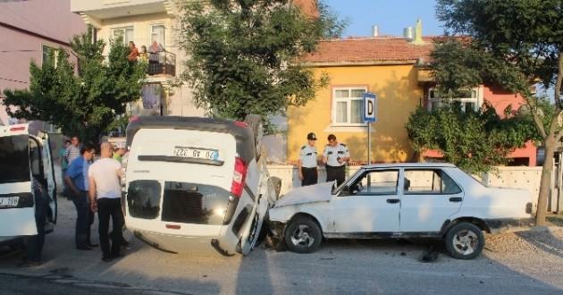 Polis Aracı İle Otomobil Çarpıştı: 3 Yaralı