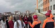 6,8 Şiddetindeki Depremi Yaşayan Öğrenciler Okulu Boşalttı