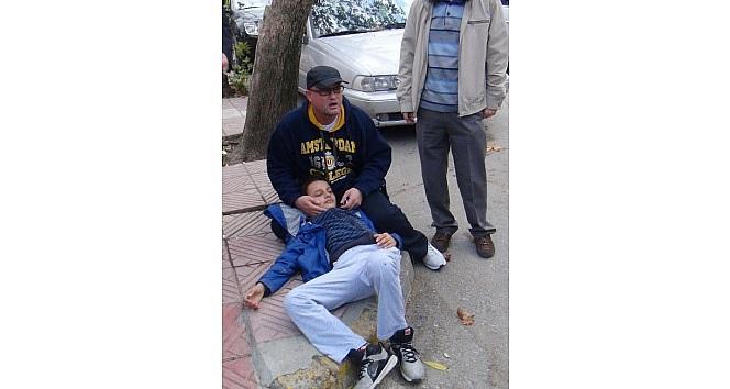 Babasının Dizlerine Yatarak Ambulans Bekledi