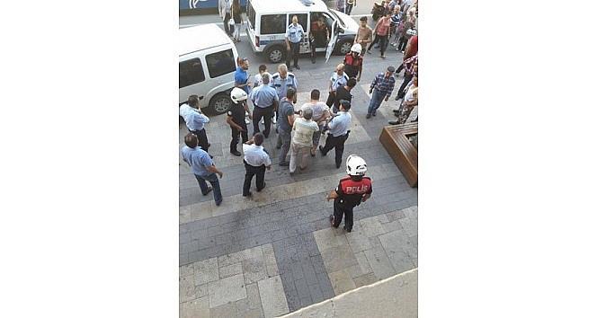 Bıçaklı Saldırgana Polisten Biber Gazlı Müdahale