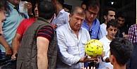 Eski Yıldız Futbolcu Hakkari Sokaklarında Top Dağıttı