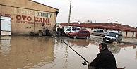 Esnaf, Göle Dönen Caddeye Olta Atarak Tepki Gösterdi