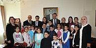 İsveçli 7 Yaşındaki Liam Stockholm Büyükelçiliği Koltuğuna Oturdu