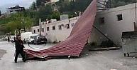 Şiddetli Rüzgar Sebze Halinin Çatısını Uçurdu