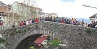 Tarihi Yılanlı Köprü Üzerinde Kitap Okudular