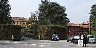 Transseksüel Efe Bal, Berlusconi'yle Yemek Yiyebilmek İçin Kapısında Bekledi